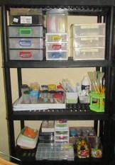 Estante com ferramentas, acessórios, aviamentos e pequenas peças