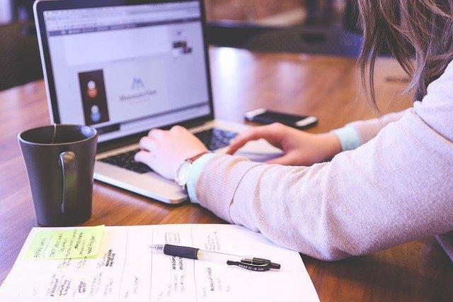 persona escribiendo en computadora