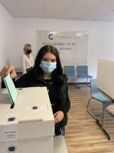 ...der Stimmzettel kommt dann in die Wahlurne.