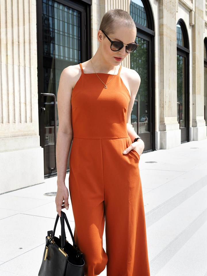 Modeblogger Hamburg, Fashionblogger, Fashionblogger Hamburg, Beautyblogger Hamburg, Beautyblogger, Beauty, Travelblogger, Travel, Hamburg, Fashion Inspiration, Inspiration, Trend 2018, Trend Sommer 2018, Jumpsuit, Warehouse, Calvin Klein, Short hair, kurze Haare, Pixi Look, Kurzhaarfrisur, Style, Styling, Details, Frisuren Trend, Buzz Cut, Buzz Cut für Frauen, Fashion Week Look, Fashion Week, Fashion Week 2018, Fashion Week Trend, Fashion Week SS 2019, SS 2019, Rebekka Ruetz, Marc Cain, Lena Hoschek, Marcel Ostertag, Trend Knallfarben, Knallfarben, Knallorange, Orange, Trendfarbe Orange