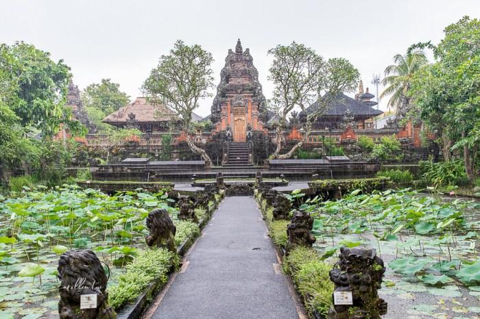 峇里島自由行 烏布景點   Ubud Starbucks 星巴克 – 欣賞水宮寺廟的絕佳位置