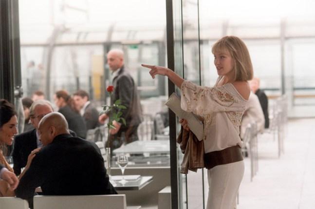 08_Isabel points in restaurant