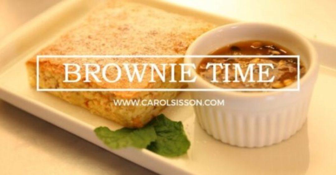 Brownie de chocolate branco com castanha de caju e calda de maracujá
