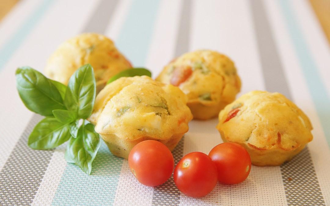 Muffin feta – tomate – basilic : une recette rapide pour un apéritif entre amis.