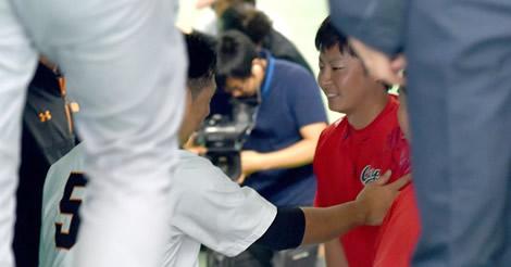 一岡が試合前にベンチ裏を訪れ、死球を与えた中島に謝罪…互いに笑顔