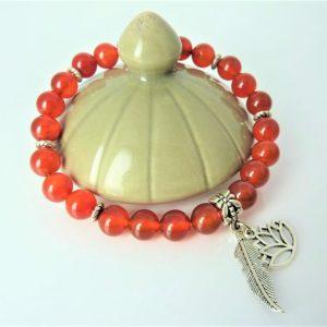 bracelet cornaline et breloque lotus plume Femme