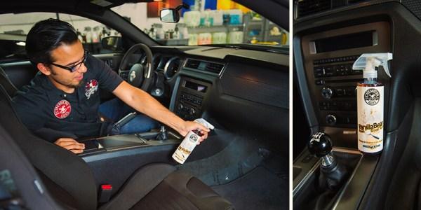 Ansicht Autoinnern Mann sprüht mit dem Duftspray die Teppiche ein