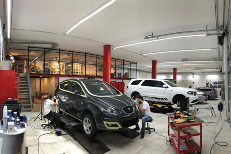 Detailing an einem Auto Bild aus Werkstatt