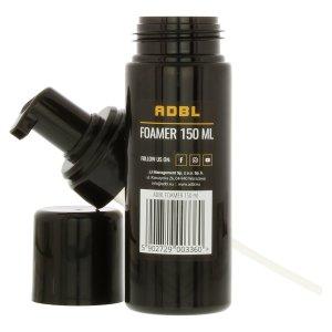 schwarze PET Flasche aufgeschraubt mit Deckel und Pumpvorrichtung von der Marke ADBL