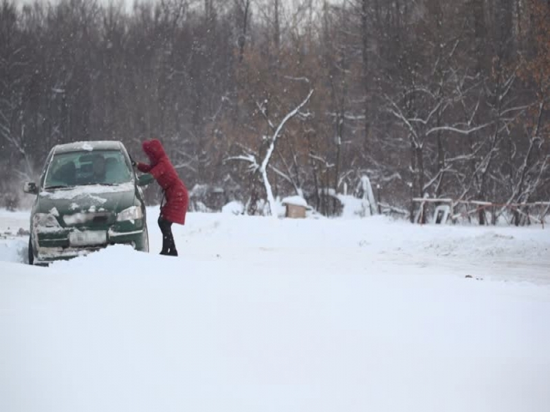 CES 2016 Car Audio Man And Woman Tries To Release Car From Snow Trap On Country Road