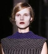Lápiz labial rojo y negro por Rue du Mail en la París fashion week