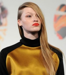 Labios naranja por Jena Theo en la London Fashion Week