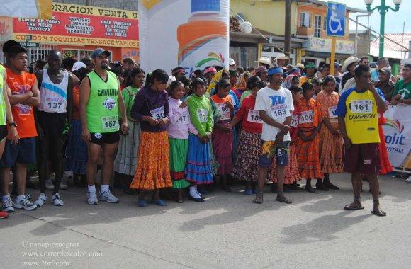 Correr descalzos: Tarahumaras esperando la salida del Ultramaratón de los Cañones 2012