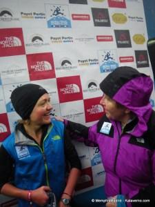 corredores de montaña lizzy hawker con catherinne poletti tras ganar utmb12