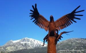 Aquila monumental en la entrada a Mataelpino.
