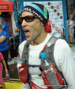 Mochila trail ultimate direction scott jurek. John Tidd 9º en meta del UTMB 2013