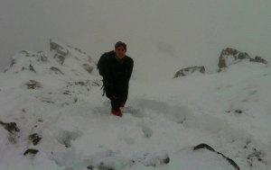 Compromiso Zegama. Porteando en  nieve para subir agua a los avituallamientos.