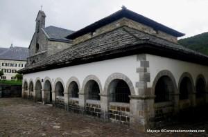 Roncesvalles Zubiri 2013: Silo de Carlomagno e Iglesia de Santiago tras la carrera.