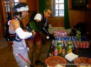 Alvaro Rodríguez y Alfonso juntos en el Refugio de Aliva tras 73k.