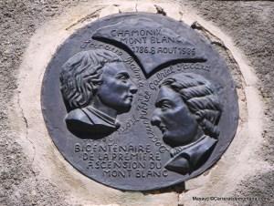 Oficina de Guías, Chamonix: Blasón de homenaje a Balmat y Paccard.