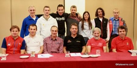 Michel Poletti con organizadores y corredores de montaña en la presentación Spain Ultra Cup 2014.