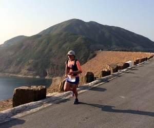 Lizzy Hwaker liderando destacada la prueba al paso del 11k. Foto: HK100