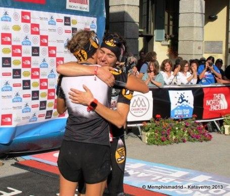 UTMB 2013: Nuria Picas (2ª) y Emma Roca (3ª) se abrazan en meta.