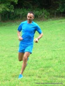 Imanol Aleson rodando con camiseta, pantalón y zapatillas Haglöfs