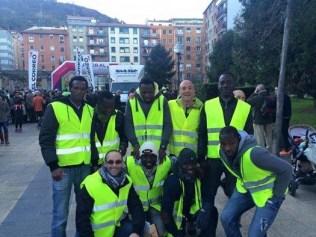 Óscar, refugiadas y voluntarias de CEAR Euskadi en la organización de la San Silvestre. Foto: SD Korrikazaleak