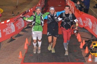 Transgrancanaria 2013: Manuel Lobelle (centro) cruza meta en 22h11m con Jaime Marín (izda.) y Mayayo.