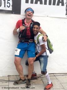 Zaid Ait Malek bromeando con Mayayo tras su entrada en meta, horas despues del marroquí. Foto: Memphis Madrid