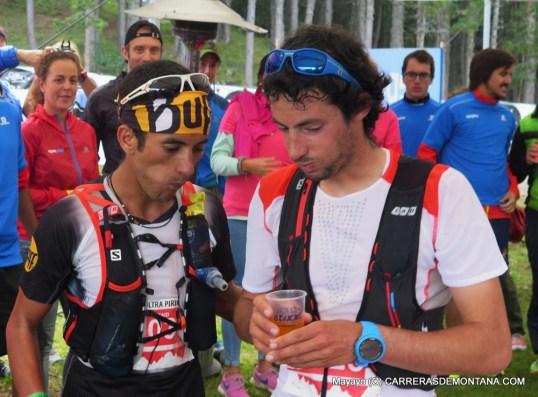 Kilian Jornet y Zaid Ait Malek comiendo a dos carrillos tras 75k en Ultra Pirineu