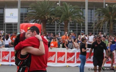 Sonia y David se abrazan en meta Transgrancanaria 2015. Foto: MemphisMadrid