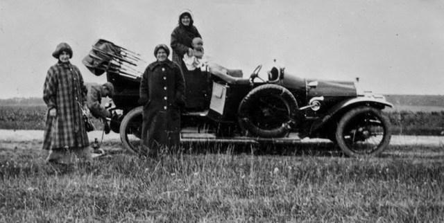 1910-е.  Крестьяне у автомобиля Minerva  владелицы усадьбы Горки З.Г. Морозовой.