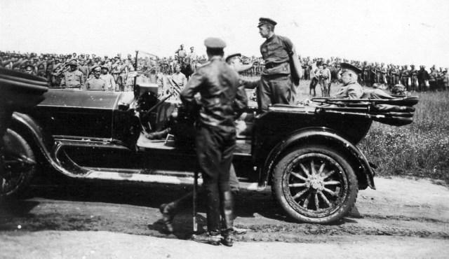 1917. Керенский, стоя в автомобиле Pierce-Arrow, готовится к выступлению перед солдатами 38-го армейского корпуса. Машина из автомобильной команды Ставки Верховного главнокомандующего.