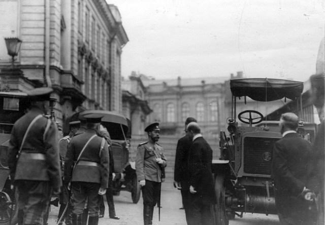 1913. Четвертая Международная автомобильная выставка в Михайловском манеже. Николай II около тягача Панар-Левассор.