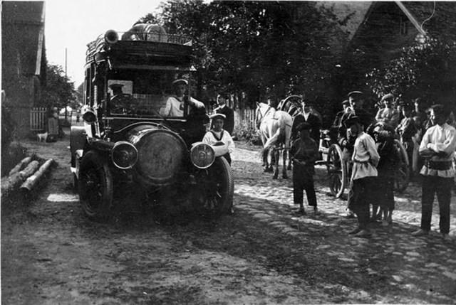 1909. Автомобиль Delaunay-Belleville  Великого князя  .Александра Михайловича  в деревне около Санкт-Петербурга.