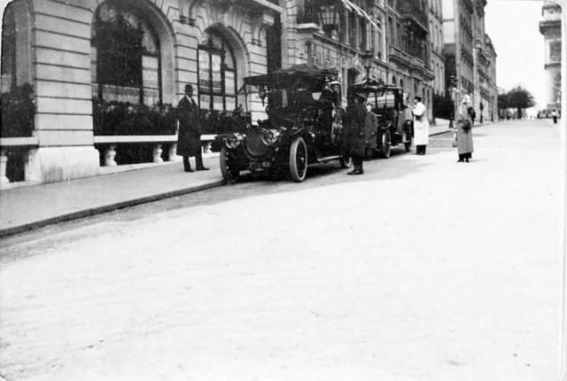 1909. Автомобиль Delaunay-Belleville  Великого князя Александра Михайловича  около отеля. Париж. Франция.