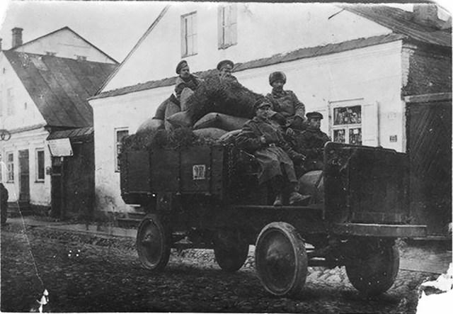 1914. Jeffery Quad Приезд солдат с фуражом в часть. Станция Замирье в 13 км от Несвижа. Минская губерния.