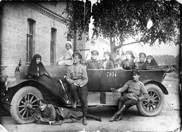1915. Автомобиль Jeffery Сестры милосердия и санитары на Великой войне.