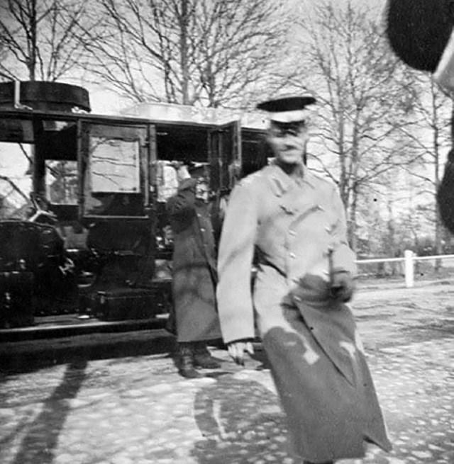 1914. Михаил Александрович и его водители около Делоне-Бельвиля.