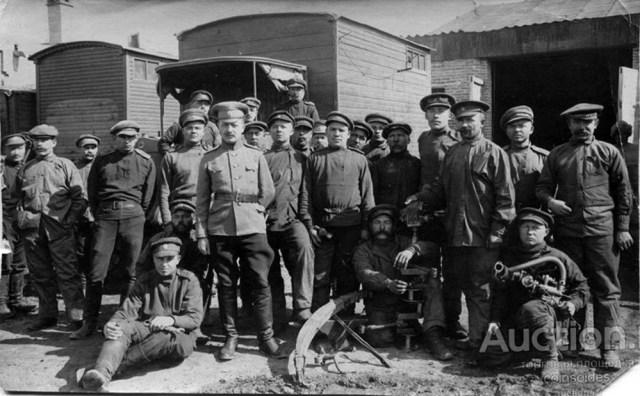 1916. 10-я авторота ремонтирует грузовик Гаггенау. г.Казвин. Иран.