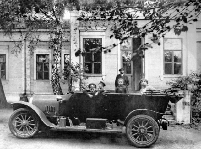 1916 Директор завода Руссо-Балт Кульчицкий Г.В. с женой и детьми у своего дома на Филях.