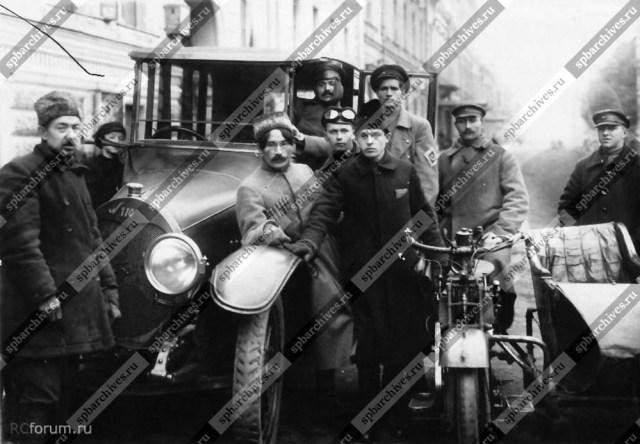 1919 Группа ответственных работников у автомобиля Аврова Д.Н. Петроград.