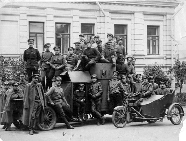 1916. Чины 2-й запасной автомобильной роты Российской Императорской Армии на фоне броневика Остин 1 серии и мотоцикла Harley-Davidson. Москва.