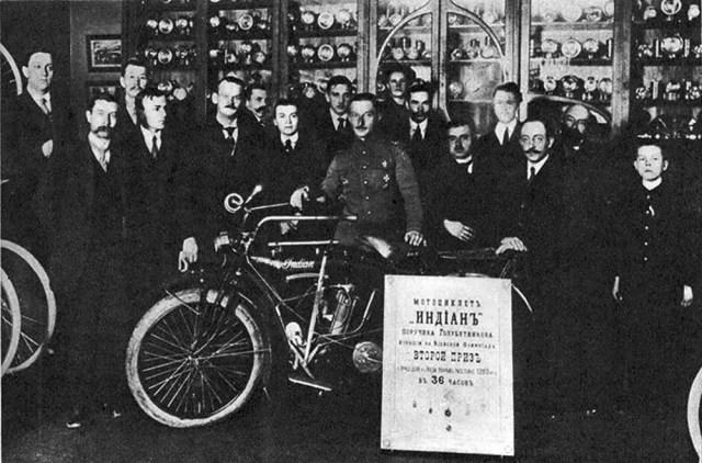1912. Поручик Голубятенков с мотоциклом Индиан, на котором он занял второе место в пробеге на 1200 км.