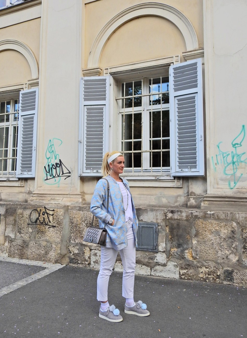 Blue-Coat-Rosgal-White-Pants-Tshirt-Pompom-Sneakers-Chanel-Bag-carrieslifestyle-austrian-blogger-fashion-socks