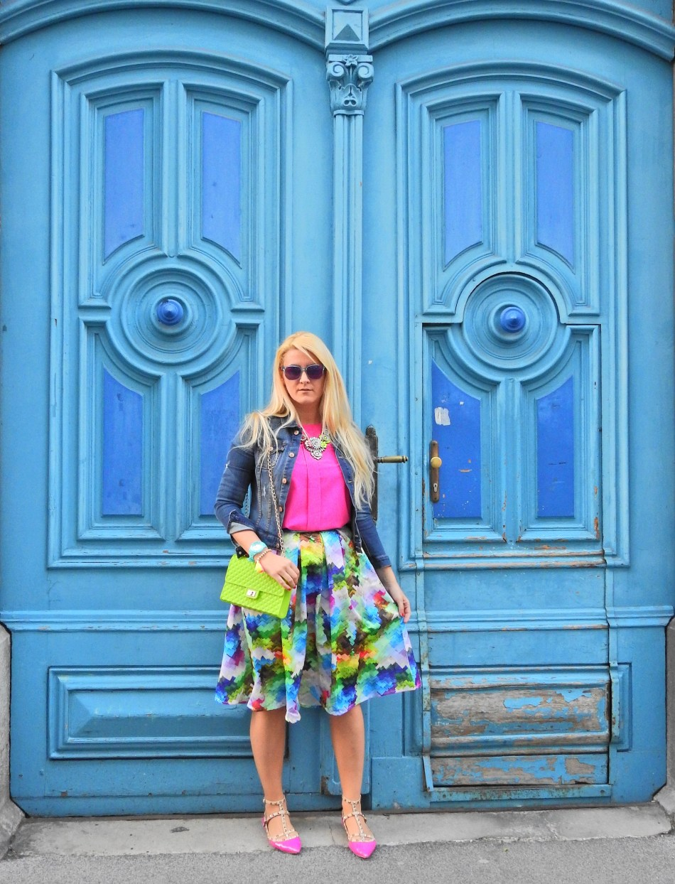 Romw-Onlineshop-carrieslifestyle-Tamara-Prutsch-colourful-Skirt-Pink-Blouse-Statement-Necklace-Denim-Jacket-Valentino-Rockstuds