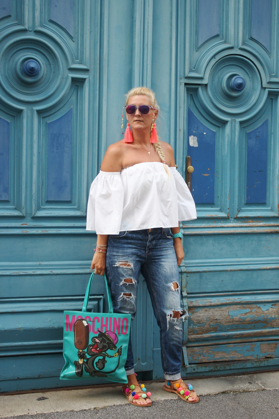 Magnum-Moschino-MagnumxMoschino-Bag-Sommerlook-Tasche-Jeremy-Scott-Pompom-Sandals-Tassels-offshoulder-Blouse-carrieslifestyle-Tamara-Prutsch