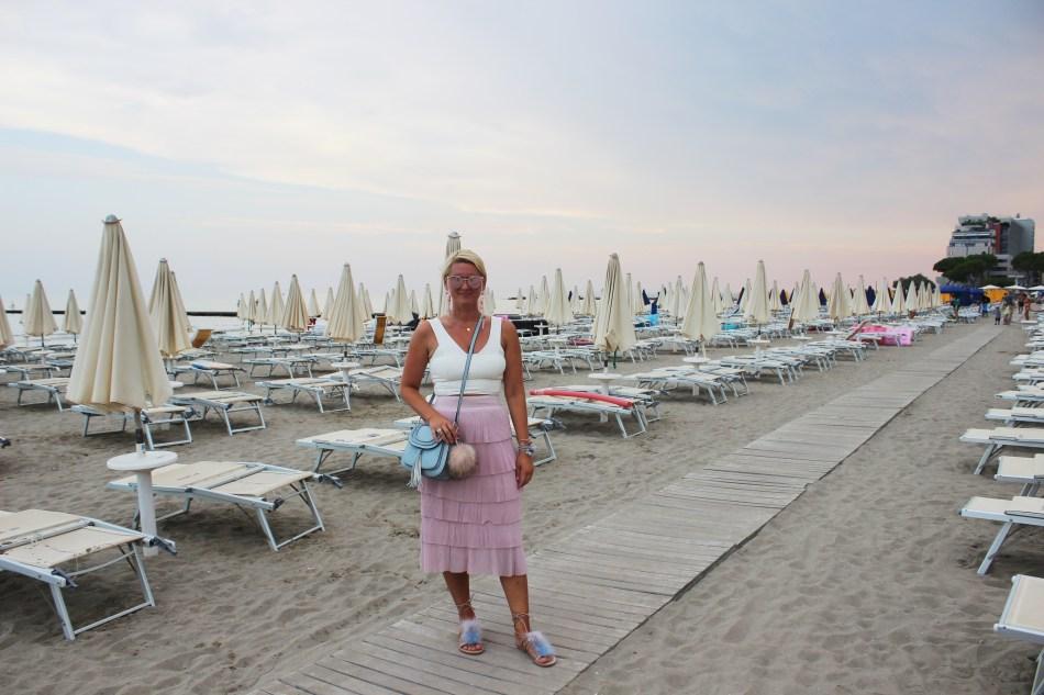 Grado-Beach-Strand-Sonnenuntergang-View-Skirt-H&M-Summerlook-Style-Chloe-Look-Alike-Bag-Sunglasses-Metallic-Pink-Skirt-Volant-Croptop-Tamara-PRutsch-Reiseblog-carrieslifestyle